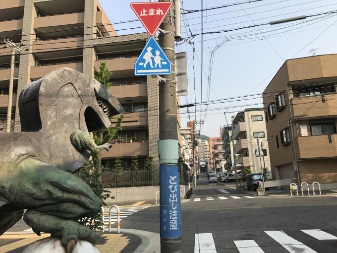 そのまま商店街にぶつかるまでまっすぐ直進(通過点恐竜のオブジェ)