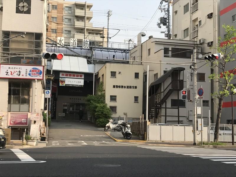そのまま坂道を直進すると交差点。信号わたると前方に商店街